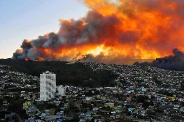 Incêndio em Valparaíso, no Chile, forçou retirada de 5 mil pessoas (Foto: Alberto Miranda/AFP)