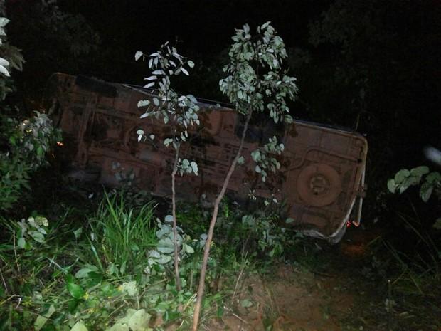 Micro-ônibus desceu uma ladeira de cerca de 30 metros (Foto: Polícia Militar/Divulgação)