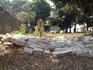Muro de proteção da caixa d'água foi derrubado por populares em protesto (Foto: Gil Oliveira/G1)