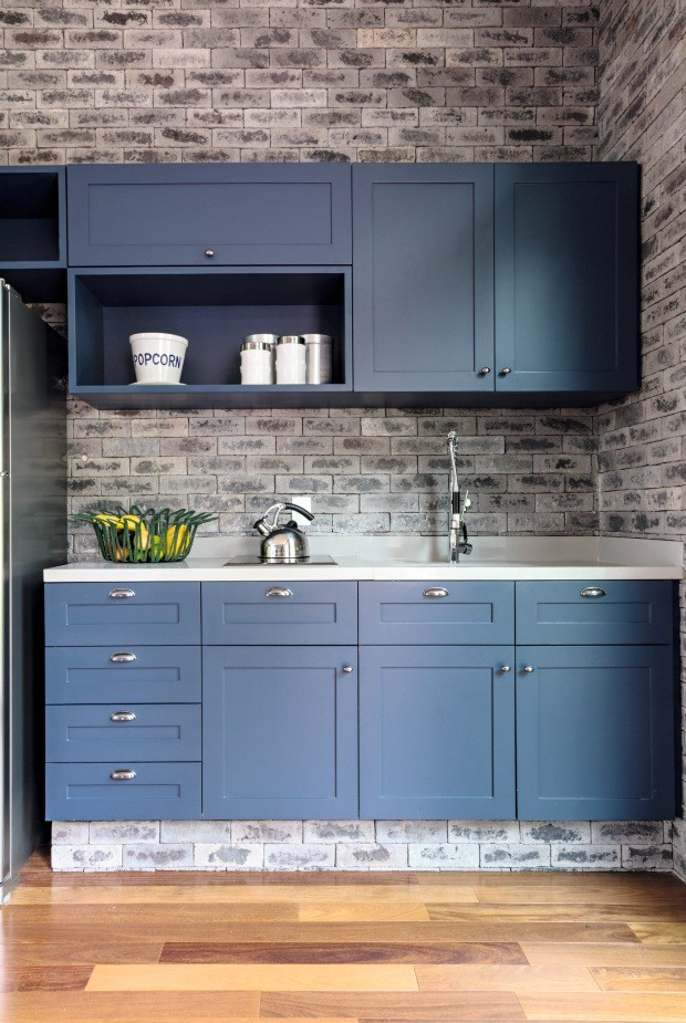 Cozinha. Os armários receberam um tom de laca azul acinzentada (X138, da Sayerlack) e puxadores da Teya. Fruteira da Dpot Objeto (Foto: Evelyn Müller / Divulgação)