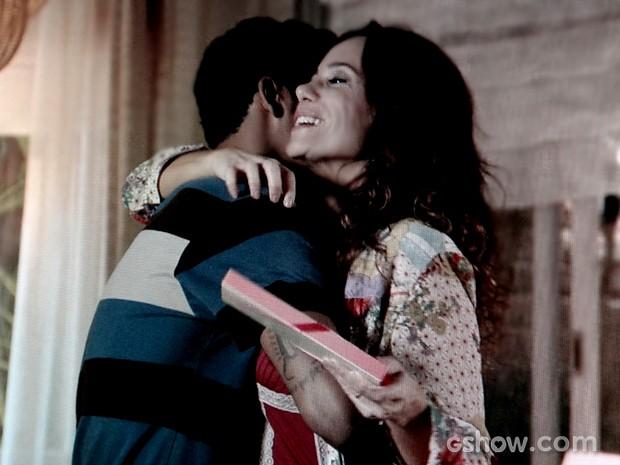 Jairo presenteia Juliana com bombons de Nando e ganha elogios da esposa (Foto: Em Família / TV Globo)