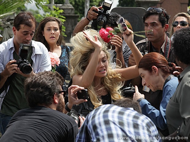 A pobrezinha cai no meio dos repórteres que cobrem o velório (Foto: Sangue Bom/TV Globo)