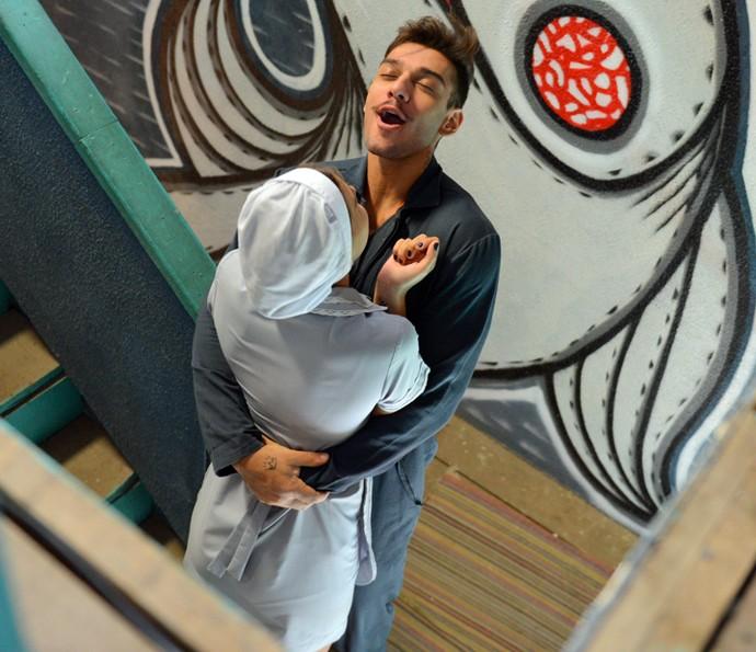 Uood comemora ao saber que Alina também gosta dele (Foto: Pedro Carrilho/Gshow)