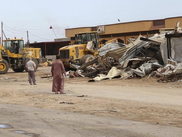 Tratores recolhem escombros de edifício atingido por ataque suicida na Líbia (Foto: Reuters)