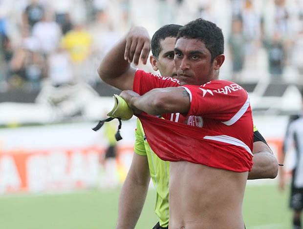 Lúcio, atacante do América-RN, tira a camisa em campo e é expulso (Foto: Canindé Soares)