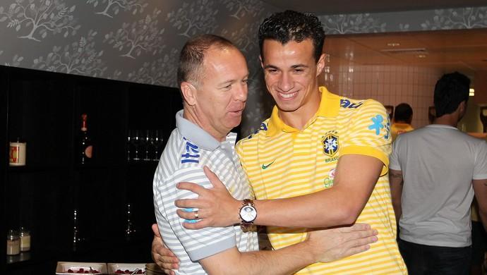 Mano Menezes e Leandro Damião trabalharam juntos na Seleção (Foto: Divulgação/CBF)