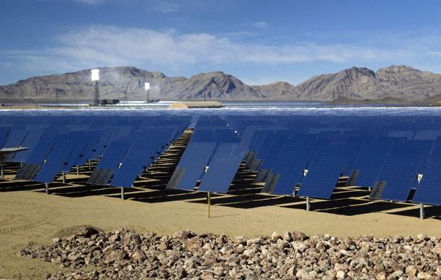 Usina solar tem capacidade de gerar energia que pode abastecer 140 mil moradias (Foto: Steve Marcus/Reuters)