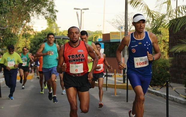 Adelson Alves (de vermelho) e Valdir Sérgio (de azul) disputam até últimos instantes (Foto: Marcos Dantas/ Globoesporte.com)