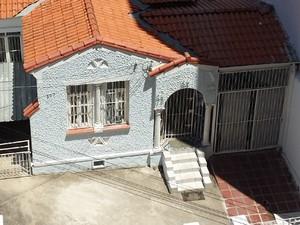 Casa que abriga animais é principal motivo de reclamação dos vizinhos (Foto: Mateus Bassi / G1)