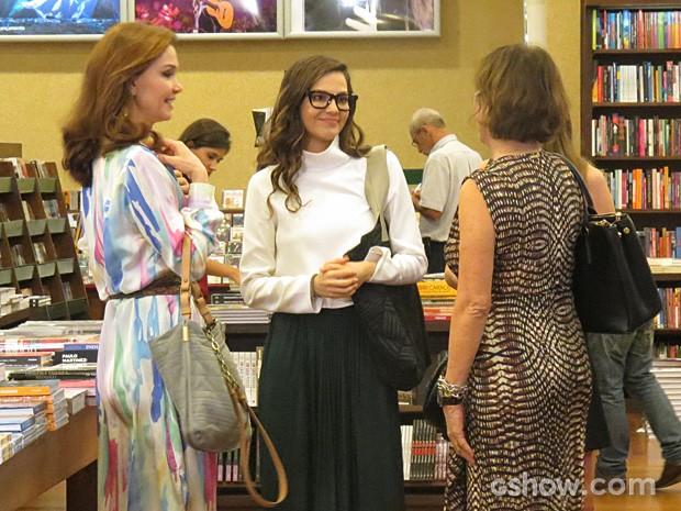 Marina ainda precisa justificar o presente para Chica (Foto: Em Família/TV Globo)