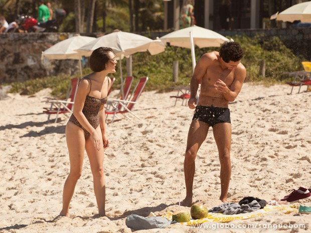 Ownnn!! Eles brincam como todo casal de namorado! (Foto: Sangue Bom / TV Globo)