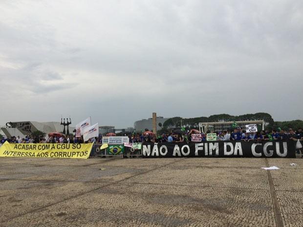 Servidores da CGU reunidos na Praça dos Três Poderes em frente ao Palácio do Planalto (Foto: Michele Mendes/G1)
