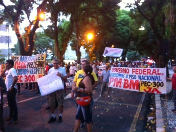 Passeata reuniu policiais militares e bombeiros, que percorram as avenidas Presidente Vargas e Nazaré (Foto: G1)