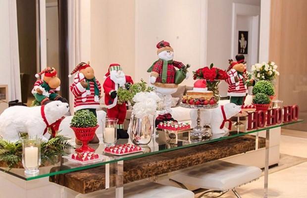 Mesa decorada com bolo, doces e enfeites natalinos (Foto: Instagram)