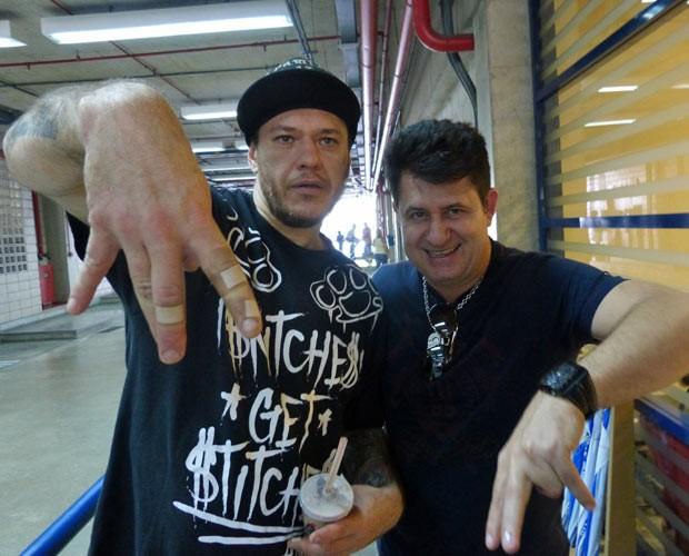 Chorão e Bruno, da dupla Bruno e Marrone, se encontram nos bastidores (Foto: Caldeirão do Huck/TV Globo)