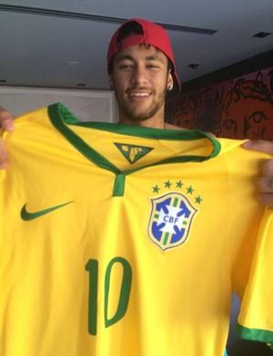 Neymar com a camisa da seleção brasileira (Foto: Twitter)
