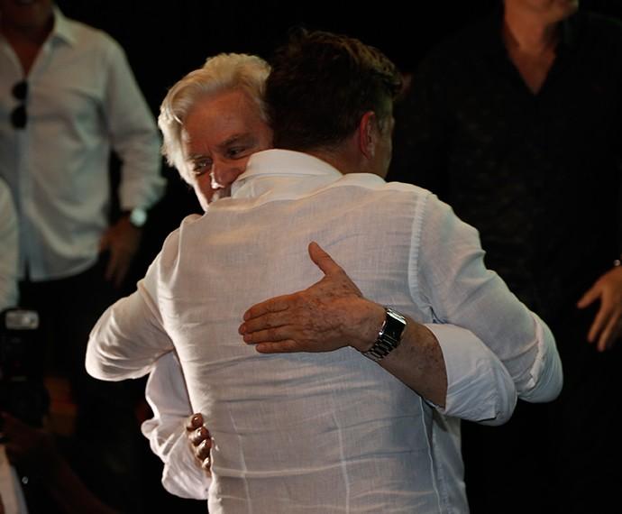 Reginaldo Faria ganha abraça de Fábio Assunção (Foto: Raphael Dias/Gshow)