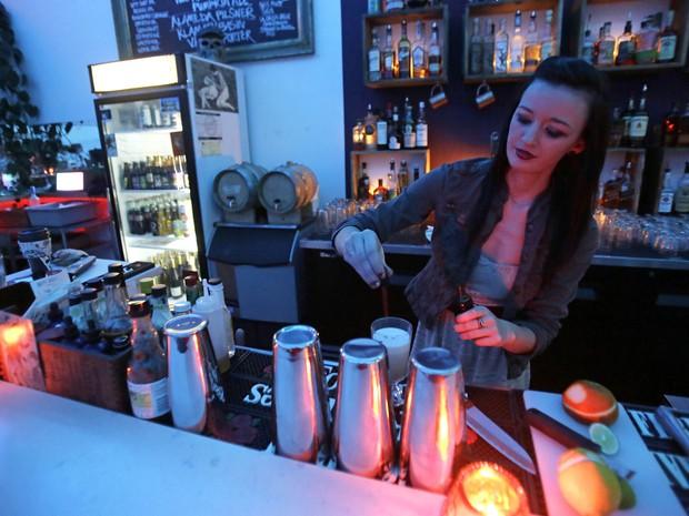 Caixas de luz mudam as cores da iluminação projetadas na parede do bar (Foto: Don Ryan/AP)