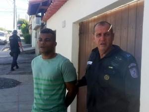 Traficante preso em Cabo Frio (Foto: PM/Divulgação)