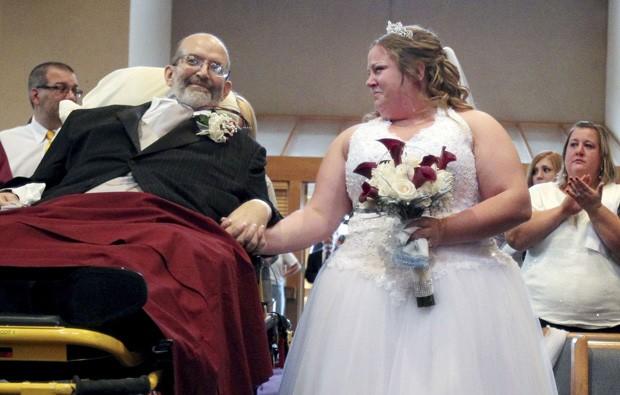 Scott Nagy, de 56 anos, cumpriu a promessa de levar a filha Sarah ao altar em uma maca. (Foto: AP Photo/The Plain Dealer, John Kuntz)