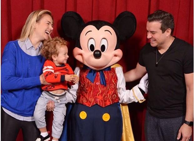 Thais Pacholek, Luís Miguel e Belutti posam com Mickey Mouse (Foto: Reprodução/Instagram)