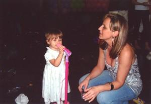 Olha que coisinha mais linda já cantando no microfone de brinquedo ao lado da mamãe Márcia (Foto: Arquivo pessoal)