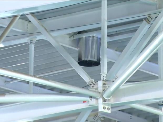 Balão caiu em tubulação no teto da Arena Carioca 3, no Parque Olímpico (Foto: Reprodução/TV Globo)