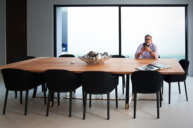 A sala de jantar possui 10 lugares (Foto: Marcos Rosa/  Ed. Globo)