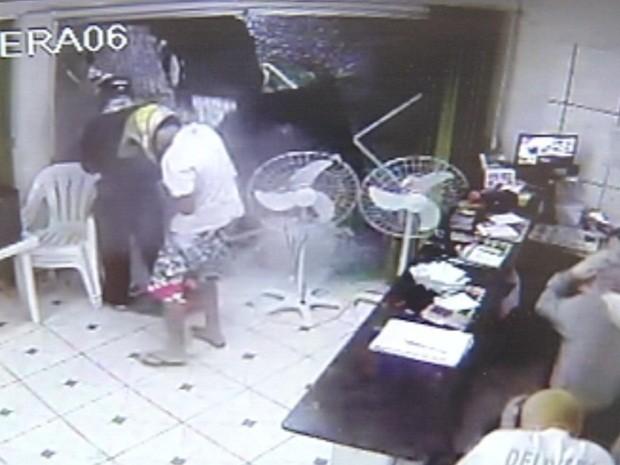 Momento que a porta de vidro estoura ao ser atingida pelos tiros (Foto: Reprodução/TV TEM)