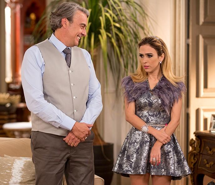 Fedora fica com a pulga atrás da orelha com a mudança de Camila (Foto: Fabiano Battaglin/Gshow)