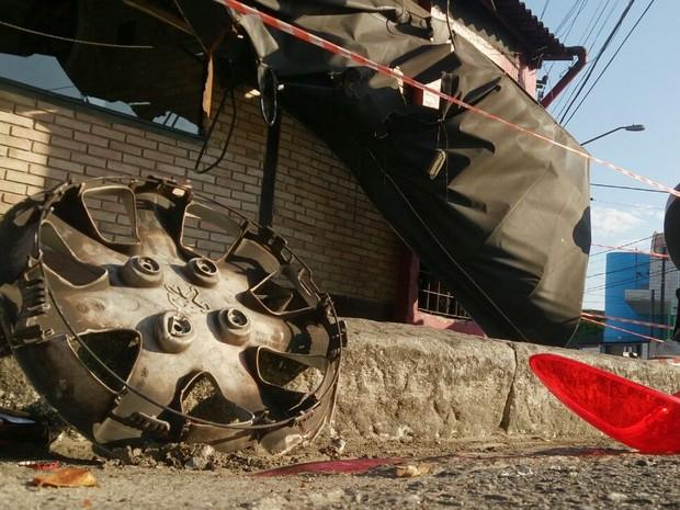 Sinais da destruição em frente a bar em Santos podiam ser vistos pela manhã (Foto: Ivair Vieira Jr/G1)