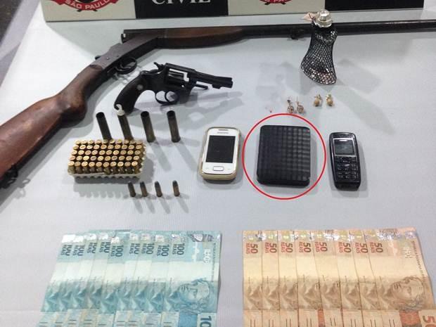 Material apreendido pela polícia e no detalhe, o HD furtado (Foto: Divulgação/Polícia Civil)