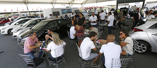 Os estandes das marcas participantes ficaram cheios de interessados durante todo o dia (Foto: Marcelo de Jesus/O GLOBO)