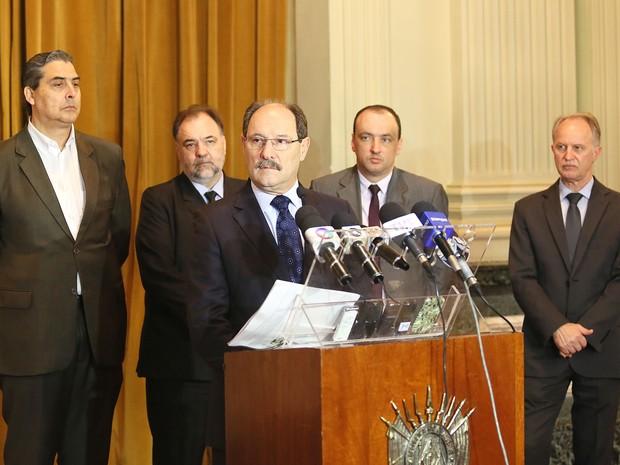 Governador José Ivo Sartori e secretários em pronunciamento no Palácio Piratini (Foto: Luiz Chaves/Palácio Piratini)