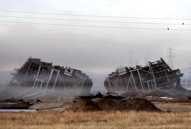 Cinco pessoas foram feridas pelos destroços; uma delas teve as pernas amputadas (Foto: The Bakersfield Californian, Autumn Parry/AP)