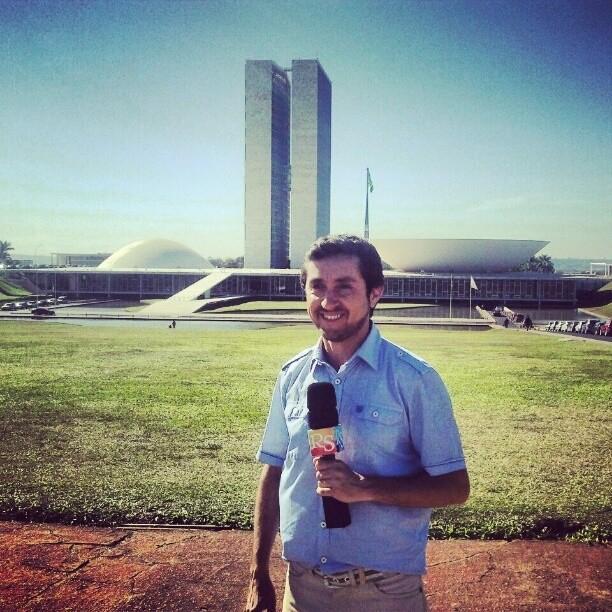 Ricardo Fela em frente ao cartão postal de Brasília (Foto: Arquivo Pessoal)