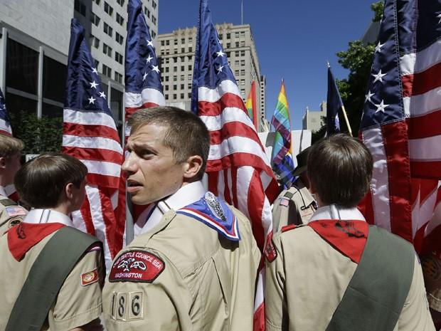 Escoteiros participam de parada do orgulho gay nos Estados Unidos (Foto: Elaine Thompson/AP)