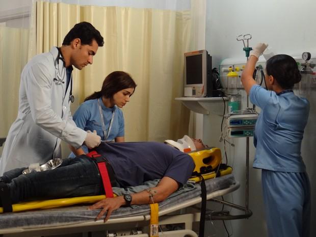 Caíque é levado às pressas para o hospital (Foto: Gshow)