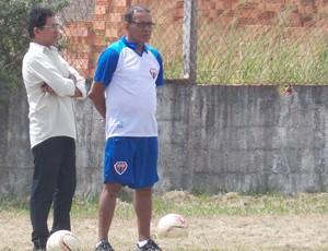 Macedo conversa com o técnico Meinha durante treino do MAC (Foto: Bruno Alves)