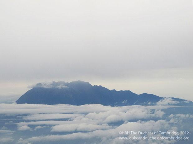 O monte Kinabalu é fotografado a uma altitude de 4.095 metros pela duquesa de Cambridge, Catherine, durante voo em direção às Ilhas Salomão (Foto: Reuters/Duquesa de Cambridge)