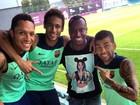Thiaguinho prestigia Neymar no treino do Barcelona