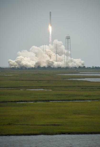 Imagem divulgada pela Nasa mostra foguete Antares decolando neste domingo, da Virginia (Foto: Bill Ingalls/AP/Nasa)