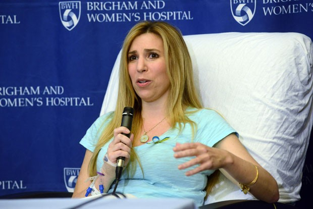 Heather Abbott durante entrevista nesta quinta-feira em hospital de Boston (Foto: Darren McCollester/Getty Images/AFP)