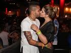 Dani Souza e Dentinho trocam beijos apaixonados em show