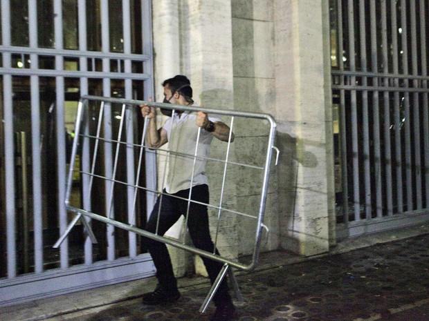 Manifestante ataca a Prefeitura usando grades de proteção (Foto: Gabriela Biló/Futura Press/Estadão Conteúdo)