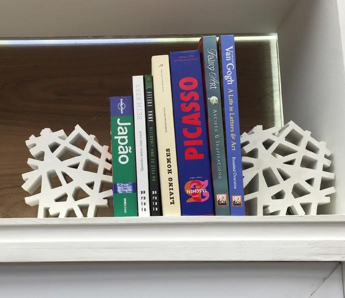 Objetos de decoração podem ser utilizados como aparadores de livros diferentes (Foto: Gabi Freitas / Gshow)
