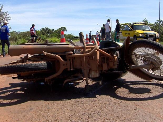 Acidente entre moto e caminhão deixa dois mortos na DF-128 (Foto: TV Globo/Reprodução)