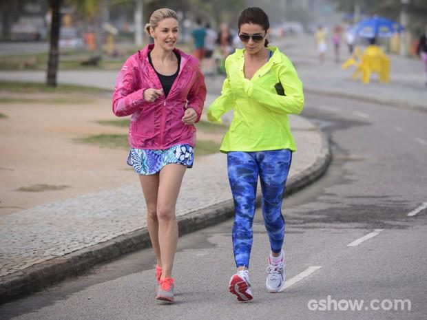 Bianca Rinaldi e Giovanna Antonelli correm em cena de 'Em Família' (Foto: Raphael Dias/TV Globo)