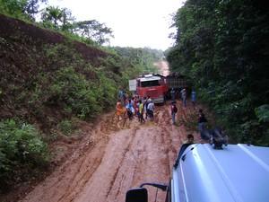 BR-156, no trecho sul, foi dividida em 3 lotes para ser pavimentada pelo Governo do Amapá  (Foto: Gabriel Penha/G1)
