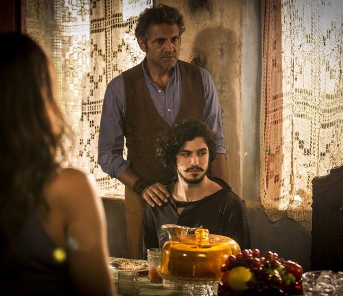 Santo leva Miguel para jantar da família (Foto: Inácio Moraes/Gshow)